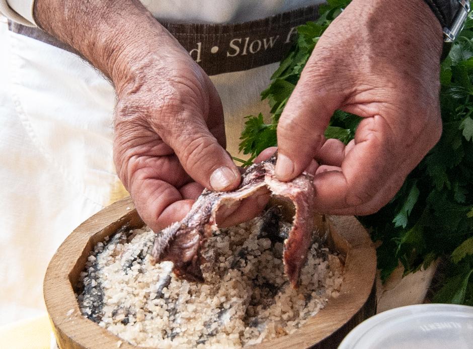 come pulire le acciughe sotto sale